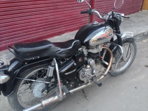 The new bike, a 1995 Royal Enfield Bullet, 350. The oversized petrol tank gives nearly 350 km range, with 20 Liters. Yet stories abound of heavy, half full tanks sloshing from one side of the chassis to the other while corning, leading to loss of control and death.